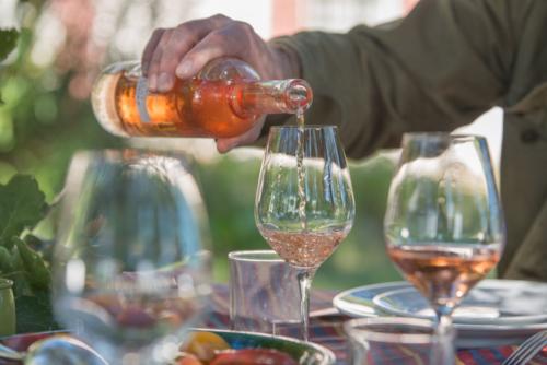 Hecht bannier wine pour